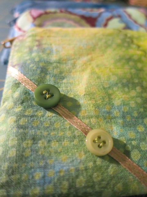 Coin purse with buttons