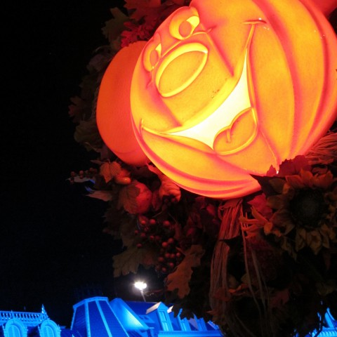 Of course Magic Kingdom, especially Main Street U.S.A, is all decked for Halloween. Loved the cheerful light posts!
